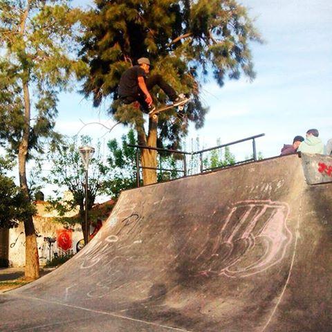 Siempre es un buen momento @santirezza #skateparkensenada #TrueToThis #Skate #Volcomskate #reallifehappening