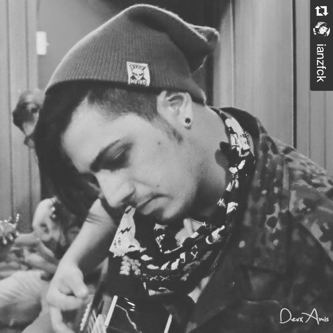#Repost @ianzfck with @repostapp. ・・・ Gracias a @urban_roach. Por todo el apoyo y aguante ! Hermosa ropaaaaaa ! I love the alien in my head *.* #punkrock. #drums. #drummer. #hollyshit #aliens! #don'tpanic @zfckoficial