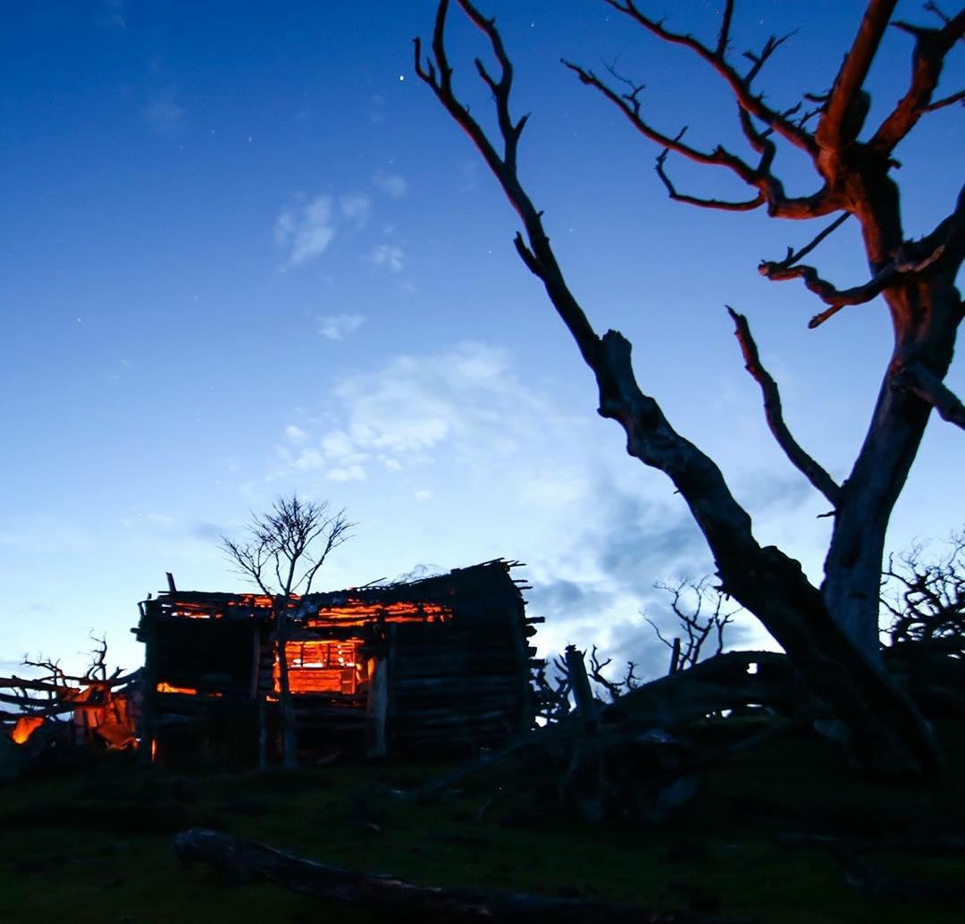 El Bagualero, rancho contsruido por Pati Vargas a más de 100 kms de donde se terminan los caminos.  Hoy abandonado muestra el paso del tiempo y el clima. #peninsulamitre #conservemos #tierradelfuego