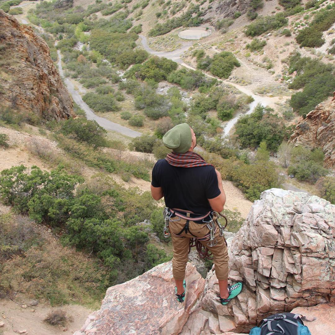 Conquer life @seanbingham rocks the Forest Green beanie #Kameleonz #AdventureReady #Travel