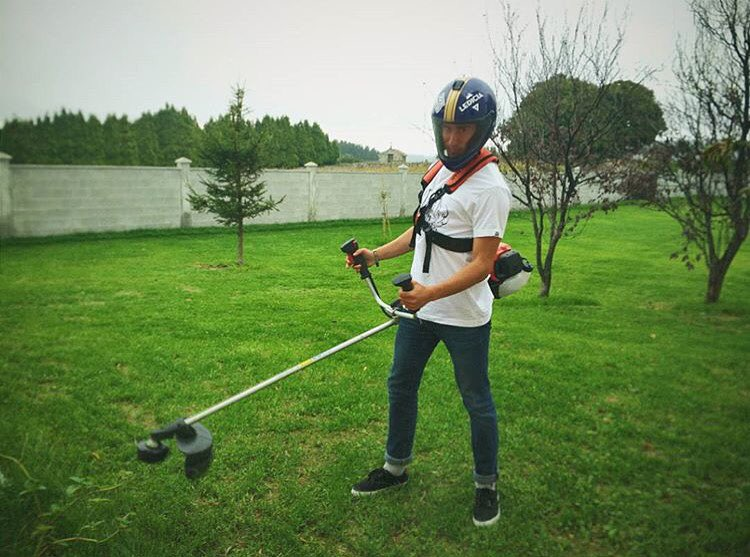 @12villarin knows how to stay safe while getting his yard duties done. Always remember - safety first, then team work. #regram #originalpredatordesign #DH6 #staysafe