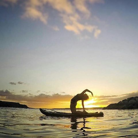 @yoga_snow_love enjoying a sunset yoga session in Oahu. So wonderful to be able to meditate and gaze out into the ocean as the sun melts into the horizon. photo: @mindthevine #halagearsup #hala #yoga #yogaeverydamnday #yogalove #yogapose #supyoga #sup...