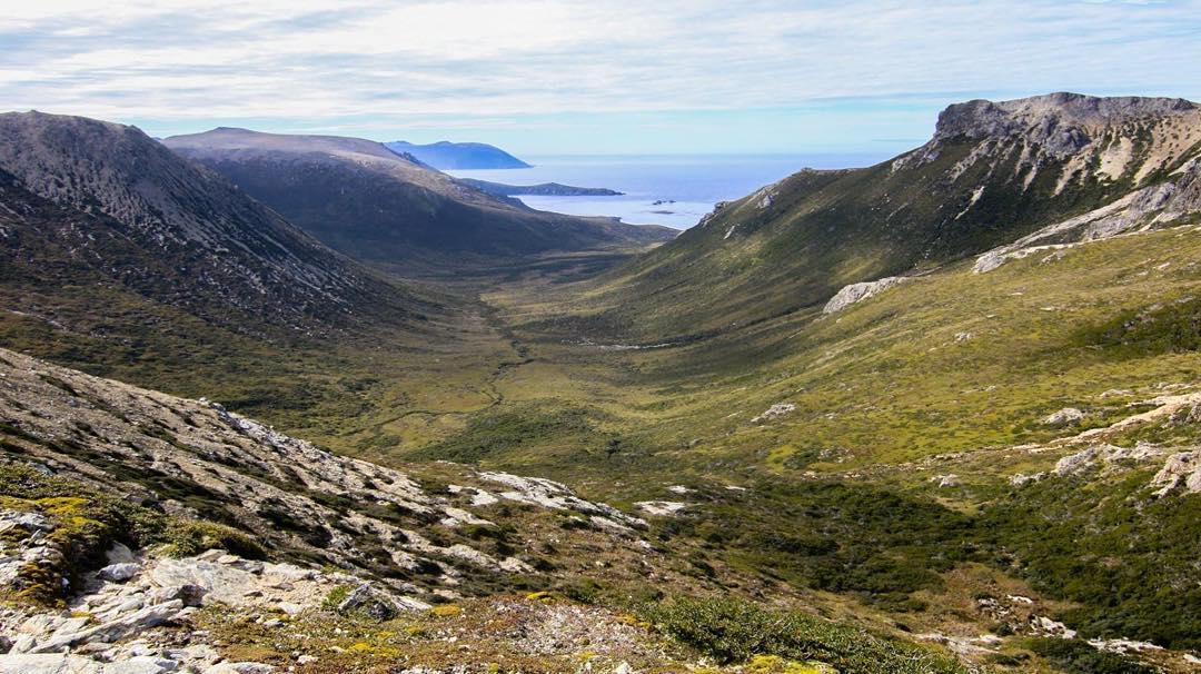 Península Mitre es uno de los lugares más salvajes y vírgenes del mundo.  Este valle va desde los picos más altos hasta el mar, entre el Islote Margarita y el Cabo Hall en la costa sur.