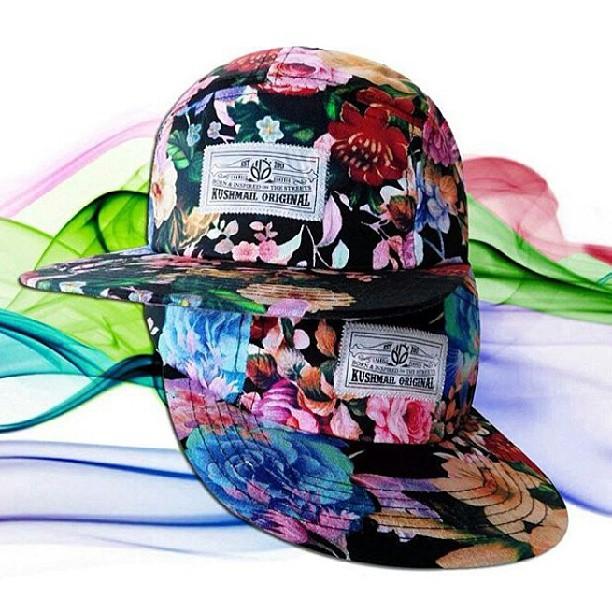 arranco la primavera? se lleno de flores el local .. nuevas gorras y nuevas camisas floreadas