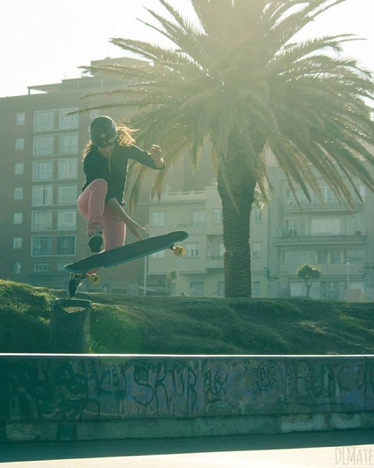 Ever searched for trick-tips or tutorials in our web? You should! Go to longboardgirlscrew.com and find tutorials, from shove-its to stand up slides, explained by amazing ladies.  In the photo @sowirodriguez showing us how it's done. Photo...