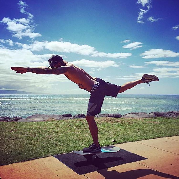 @brandyn_benson doing some yoga on the 101 beach side  #revbalance #findyourbalance #balanceboards #madeinusa