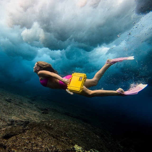 @alisonsadventures on her daily commute to work. Taken with a @realoutex water cover.  @pelicanproducts @teekigram #seaclouds #Sarahleephoto #dafin #outex @odinasurf