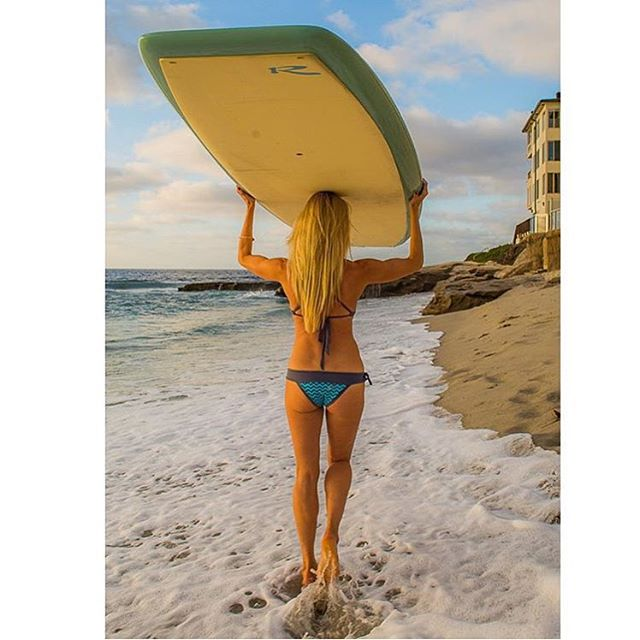 @kathrynmccann about to get her yoga practice on in her beautiful home of La Jolla Shores! Photo: @goldentuna New yoga board by @rivierapaddlesurf #localhoneydesigns #lajolla #sandiego #california #fall #sunshine #supyoga #nature #ocean #bikinis #love