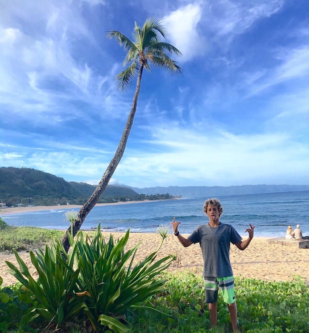 Mientras tanto, en Hawaii, @nachogundesen espera el swell