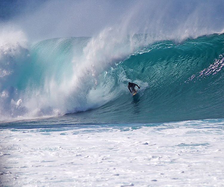 @amoreda setting his line and holding on at Pipe. #lifesbetterinboardshorts