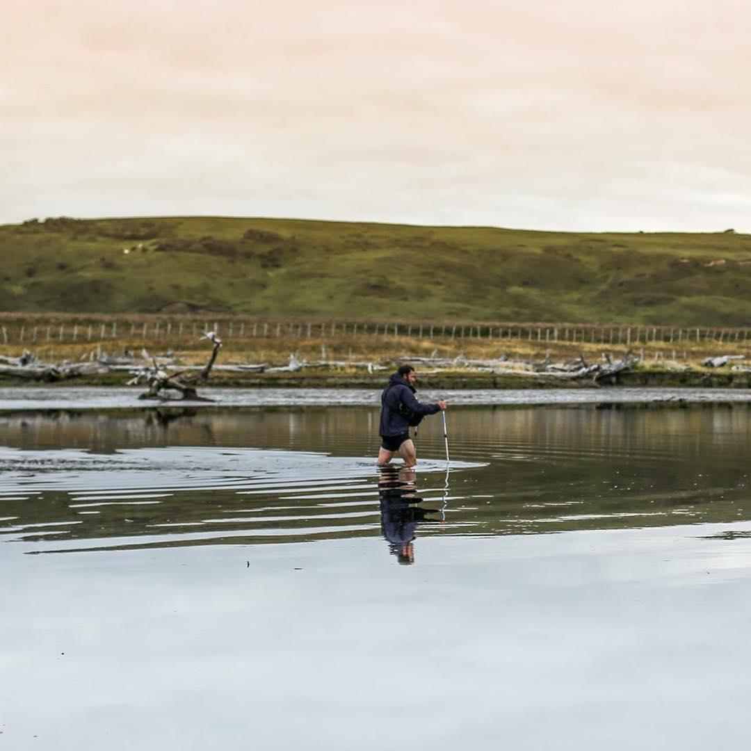 7.30 am, Sergio probando la profundidad del Rìo Leticia para poder cruzarlo ya que la marea estaba subiendo.  La temperatura del agua estaba cerca de los 3 grados.  Terminaríamos cruzándolo cerca del mediodía, 5km río arriba, nadando y remando con las...