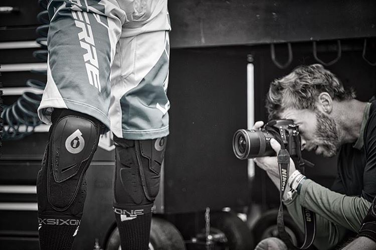 Behind the scenes... The #Sixsixone Rage Hard knee under lens scrutiny, developed with @loicbruni29 shot on location at #Les2Alpes with @davetrumporephoto Photo Rémi Fabregue (Agence Kros) #ProtectFun