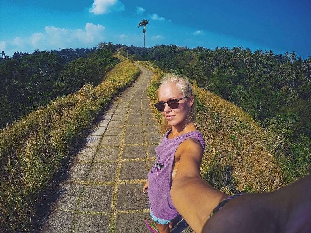 @essiheii from Finland hiking Kuta (Bali, Indonesia) with her Gekko tank.  @essiheii de Finlandia pateando Kuta (Bali, Indonesia) con su musculosa Gekko.  #gekkoaroundtheworld #gekkogirls