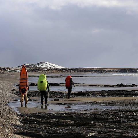 Caminando hacia el Río Policarpo en la marea baja para poder cruzarlo caminando.#conservemos #peninsulamitre #tierradelfuego
