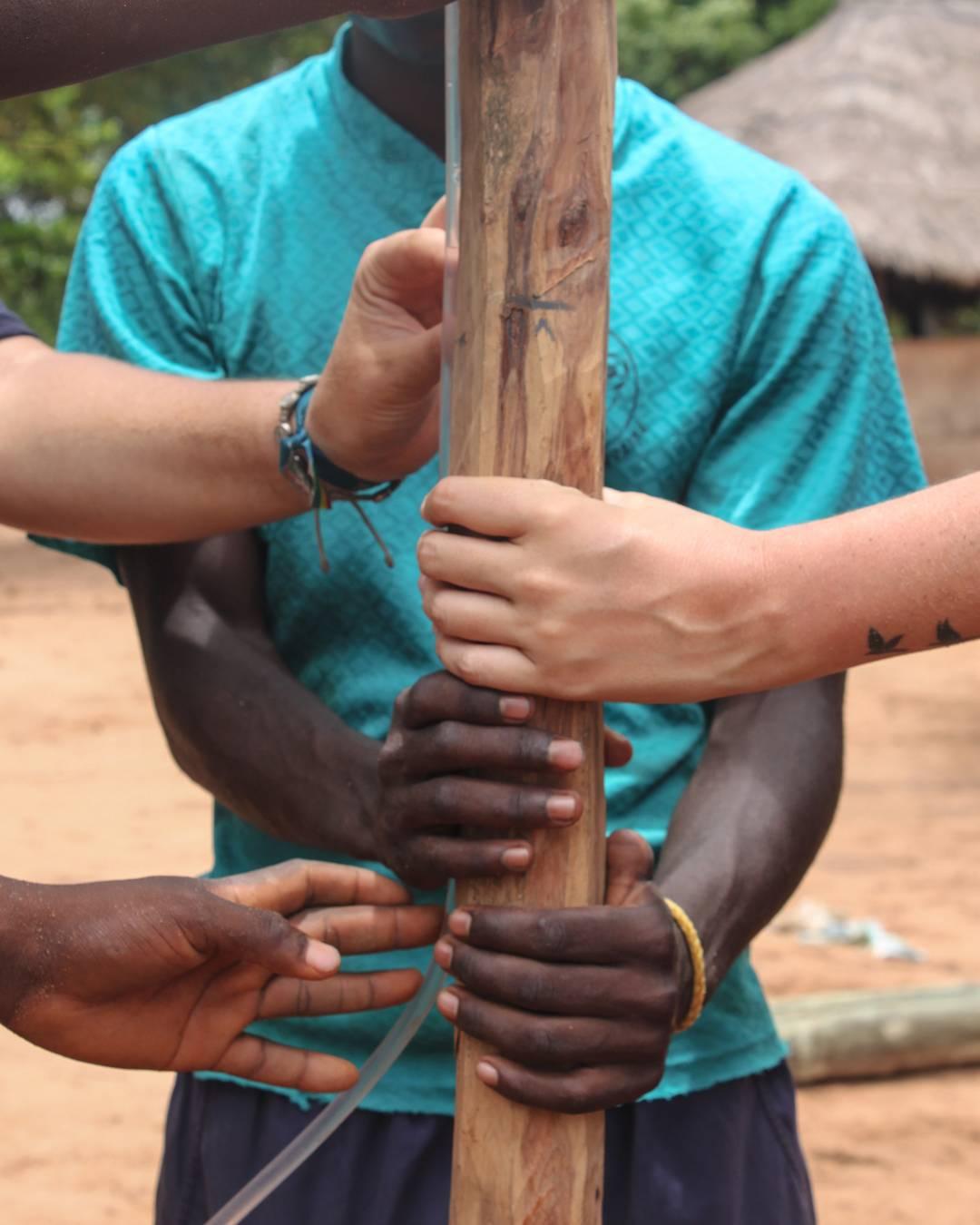 """""""No tenemos en nuestras manos las soluciones para los problemas del mundo. Pero frente a los problemas del mundo tenemos nuestras manos"""" Madre Teresa  QA colabora con @amozambique en la construcción de aulas en África para que más niños tengan acceso a..."""
