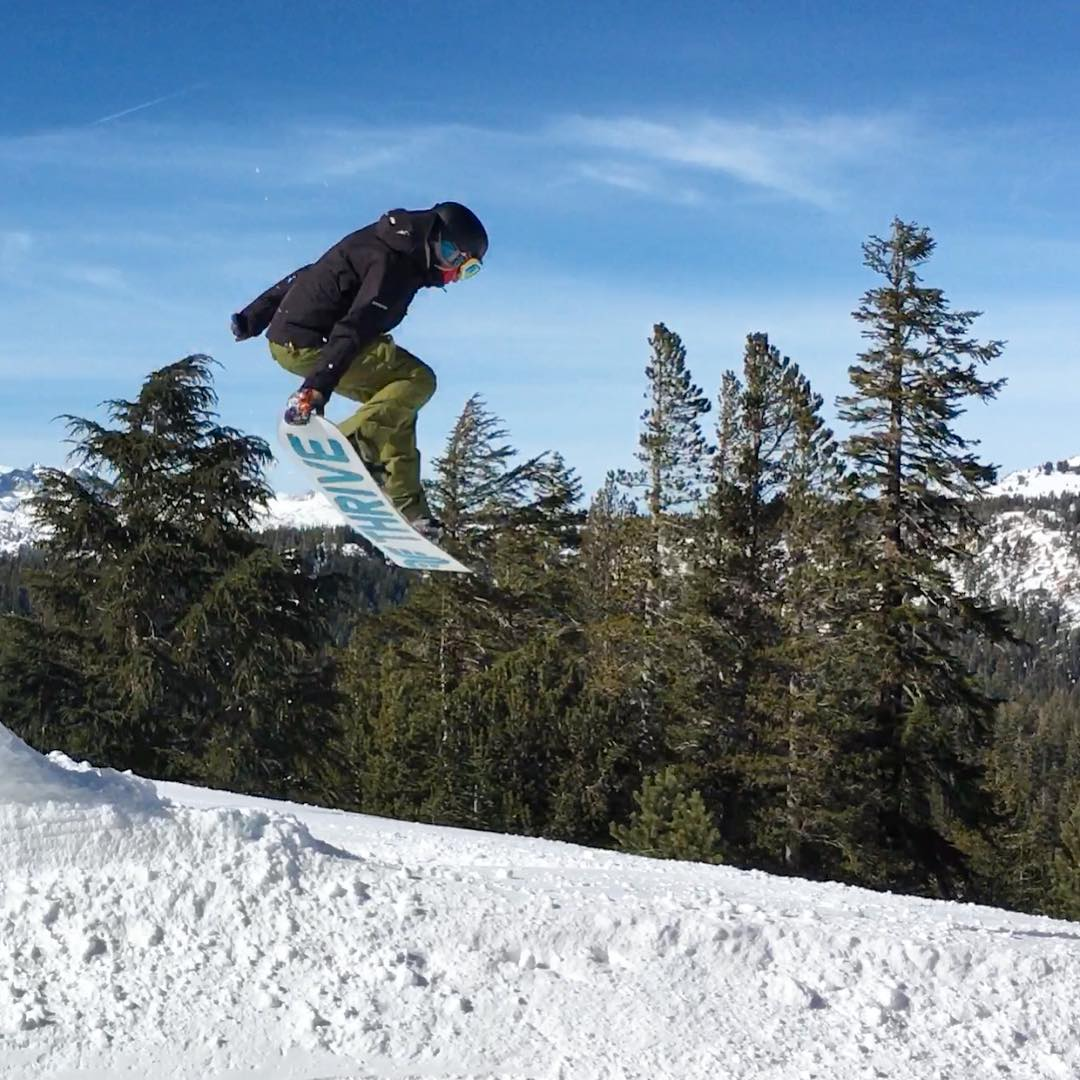 @lealogal #tailgrab #snowboarding @mammothmountain #california #thrivesnowboards #shejumps