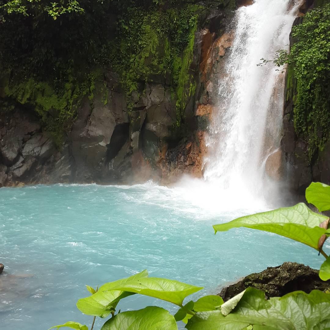 Paseando por el parque nacional del volcan tenorio, se puede apreciar esta hermosa cascada del rio celeste. Su color es debido a la gran cantidad de azufre.  #all_my_own #rioceleste #cascada #descubrecostarica #costarica #awesome #ig_latinoamerica_...