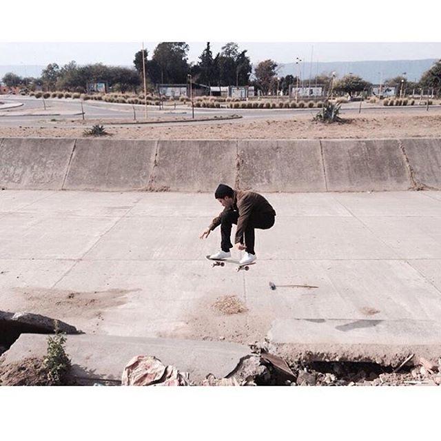 Conquistando las olas de cemento en Catamarca @santiagorossi capturado por @koalapizzaparty #volcomskate #truetothis #reallifehappening