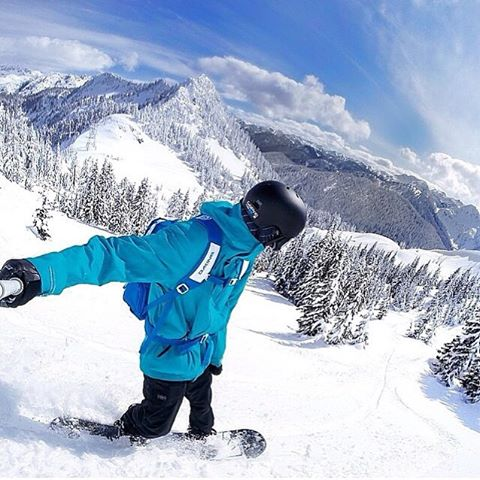Shredding down the mountain  @randyschmidt enjoying the fresh powder  #Kameleonz #Snowboard #PowderDays