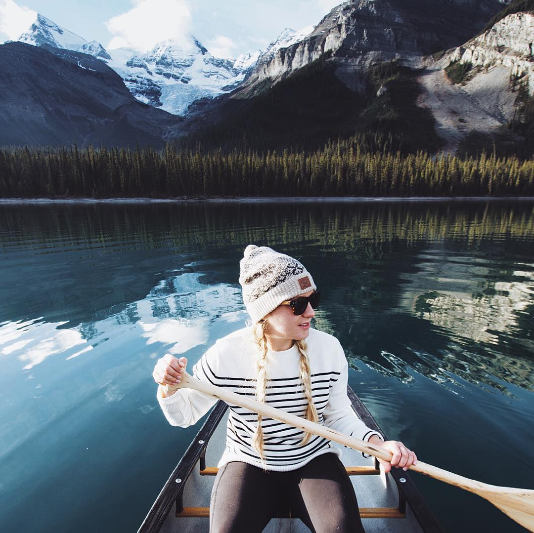 This canoe trip down Maligne Lake in Jasper was quite the adventure! It took us 7 hours to paddle the full 28km in one day. A tough paddle but with the sun on us it made for a beautiful day! - @goldiehawn_ photo: @_miss.mandy_