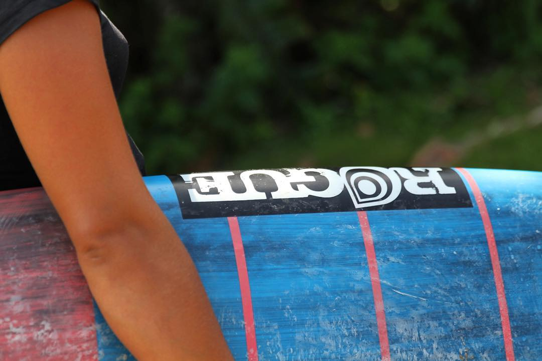 Put a #roguesup under your arm! #sup #standuppaddle #hyperseries #surf