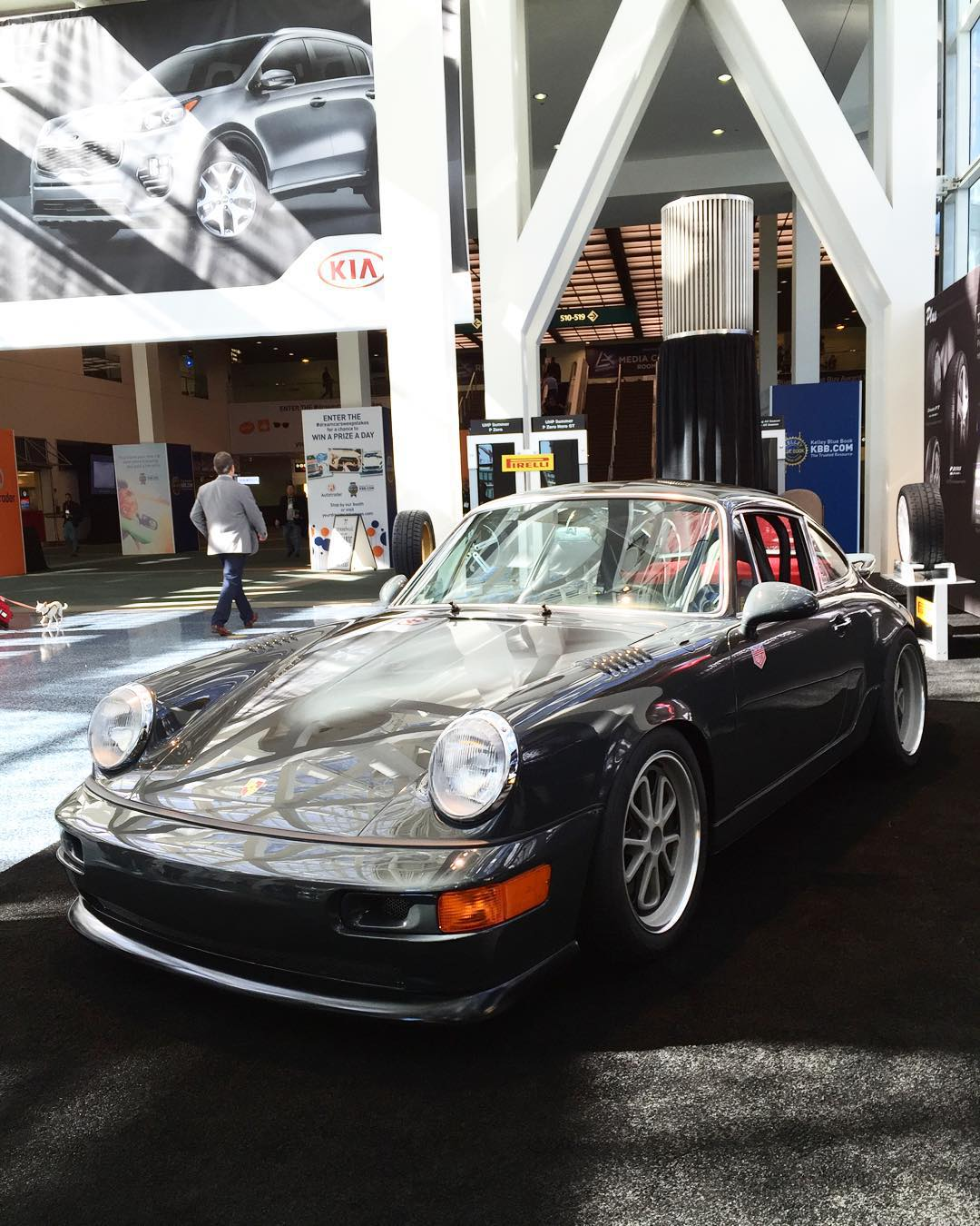 Quick stop at the LA Auto Show to see what all the fuss is about, first thing we see is @magnuswalker new 964.