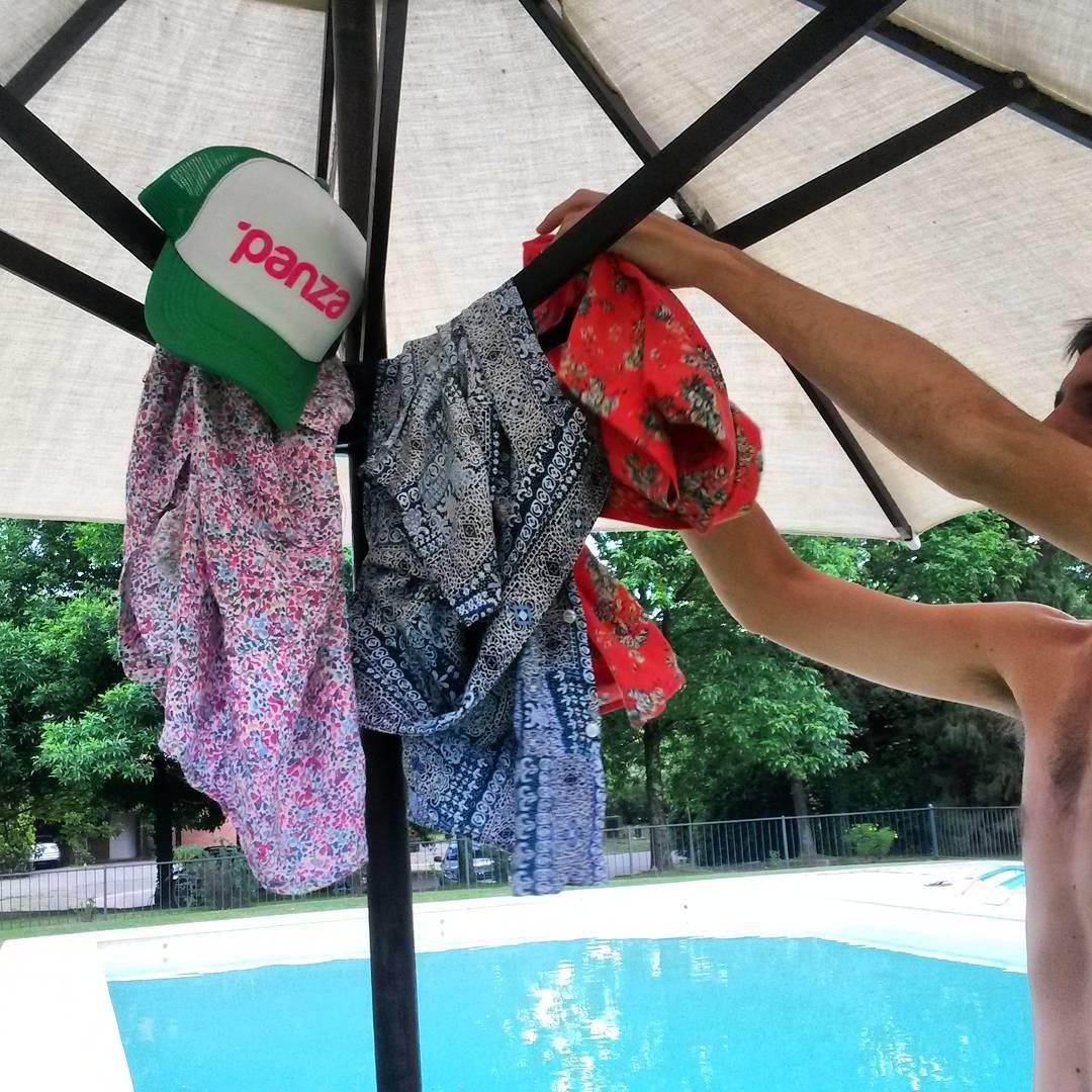 Mientras espersas abajo de la sombrilla a que deje de llover podes ver las camisanis en www.panzapeople.com