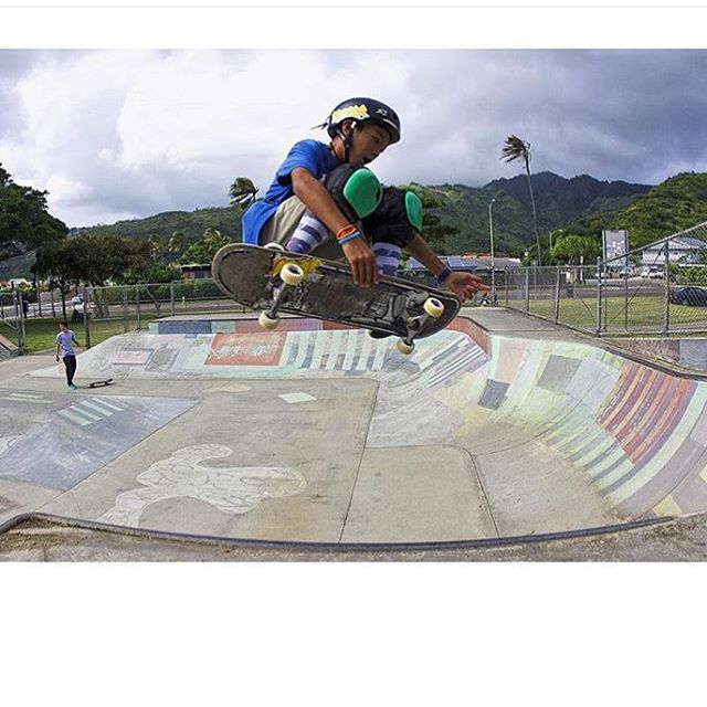 Here's one of @temoana_reynolds on Oahu shot by cousin @heimana_reynolds #s1lifer #s1helmets #parklooksfun #properrideshop