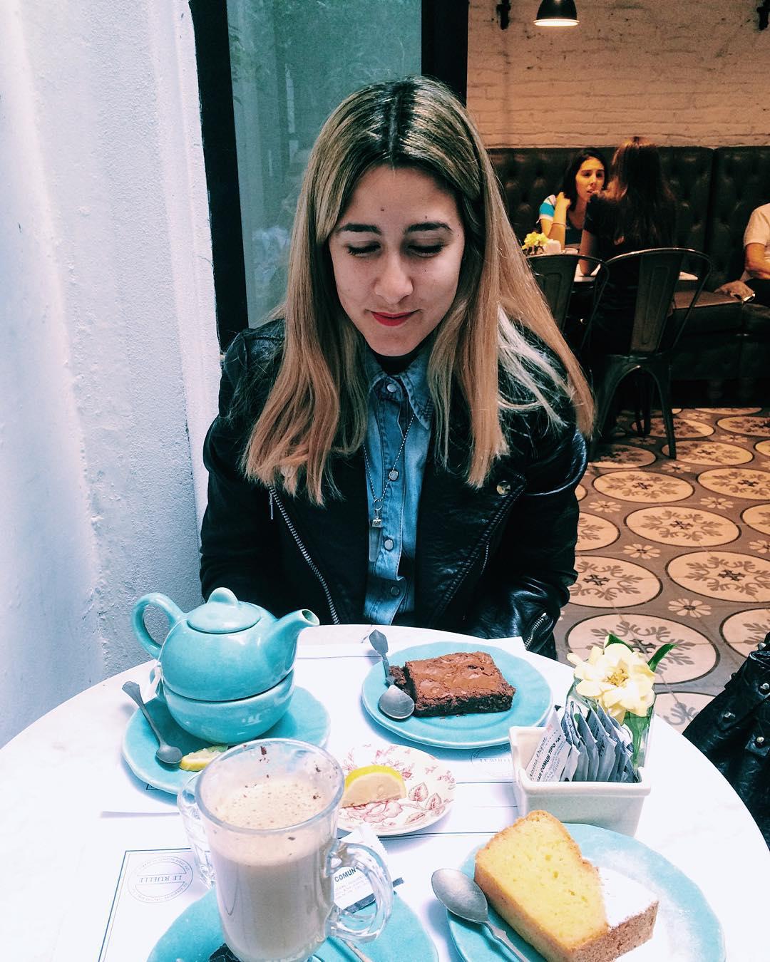 Disfrutando de las creaciones de @valuramallo - la ruelle ☕️ #laruelle #patisserie #apple #iphone #brownie #nutella #lemon #tea #coffee #teatime #5oclock