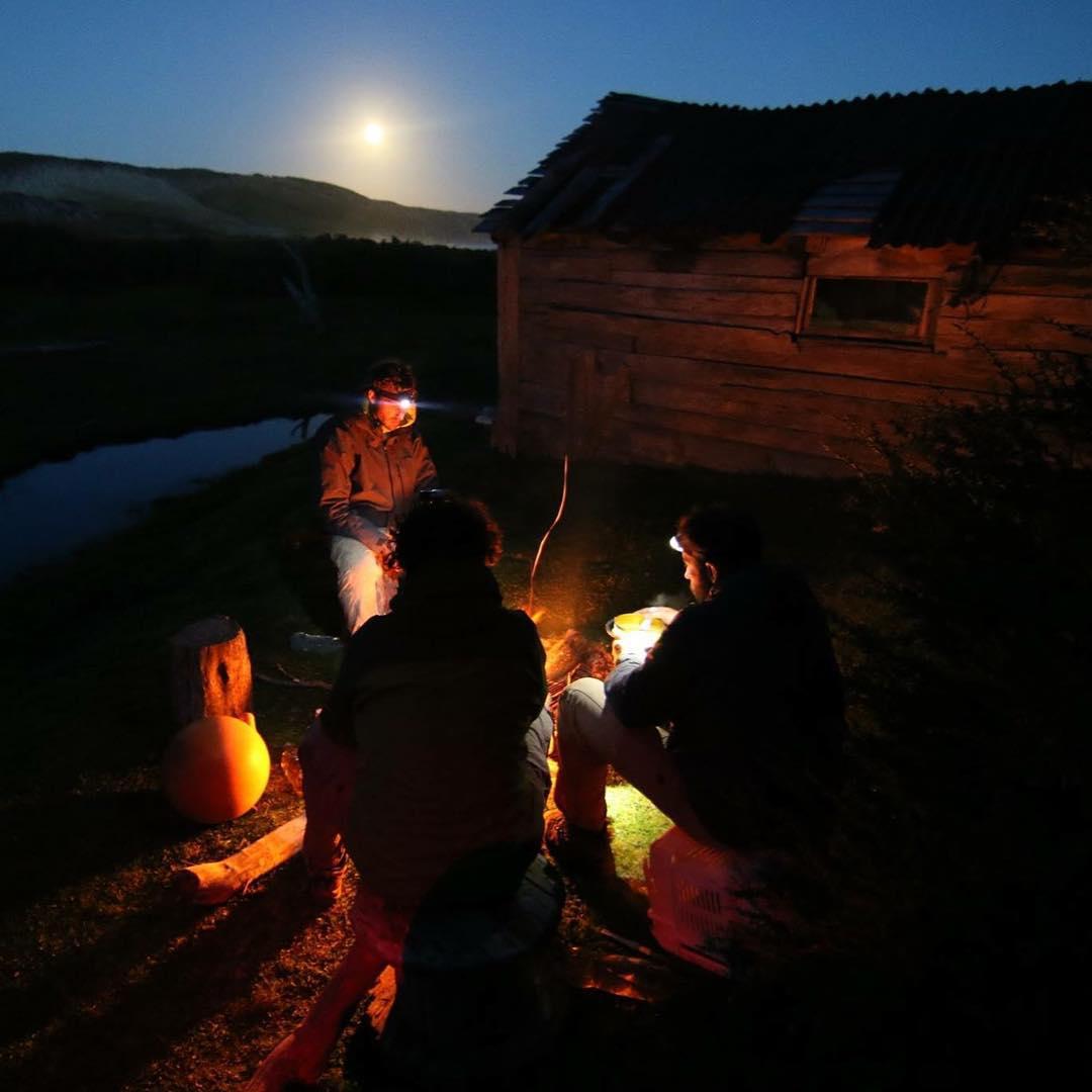En Primer Puesto cocinando con la luna llena de fondo en el día 20 de expedición a pie.#peninsulamitre #tierradelfuego #patagoniaargentina #conservemos