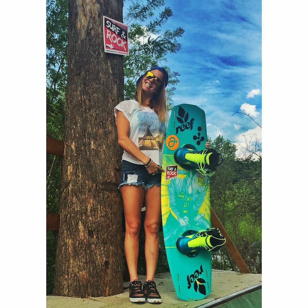 La rider del #ReefTeam @sofygrimauu  posa con su tabla en una foto dedicada a @surfandrocktv  #music #surf #rock #skate #snowboard #wakeboard #actionsports #boardsports #lake #lakelife #lifestyle #cablepark #cablewakepark #wakepark