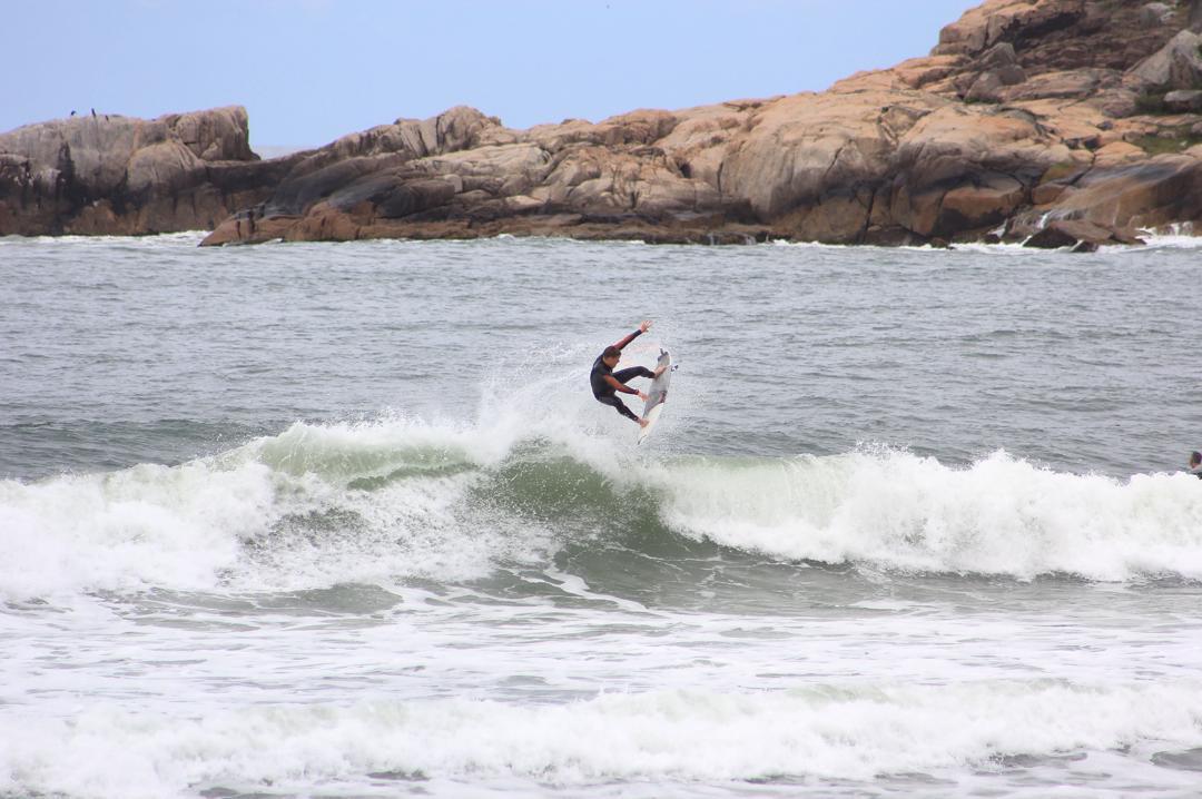 Nico Hermida en Brasil - ph: Sofi Corbett #surfing #surflife #gotcha #iconsneverdie