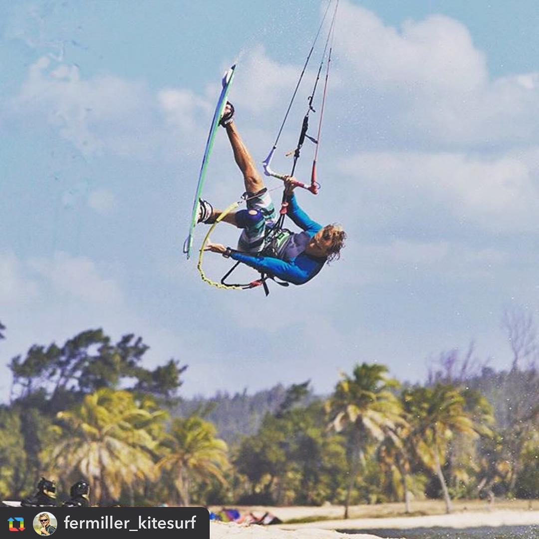 @fermiller_kitesurf Style! #rideyourstyle #cauipe #vari2016 #fermiller #cumbuco #brazil #kite #kitesurf #kiteboarding #riderpro #variteam #varikites