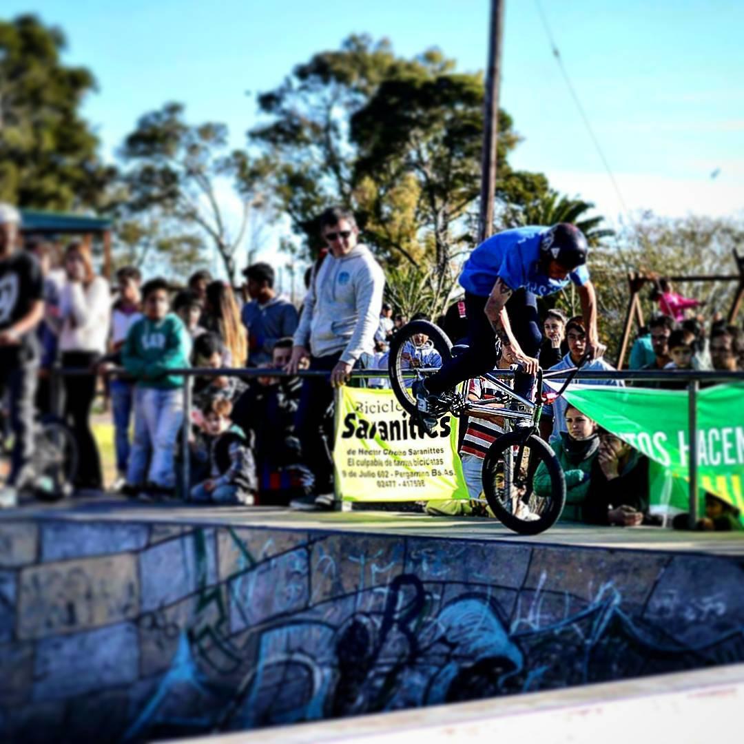 Nuestro rider @nicodelacosta en pleno contest en pergamino #delsantoarg #bmx