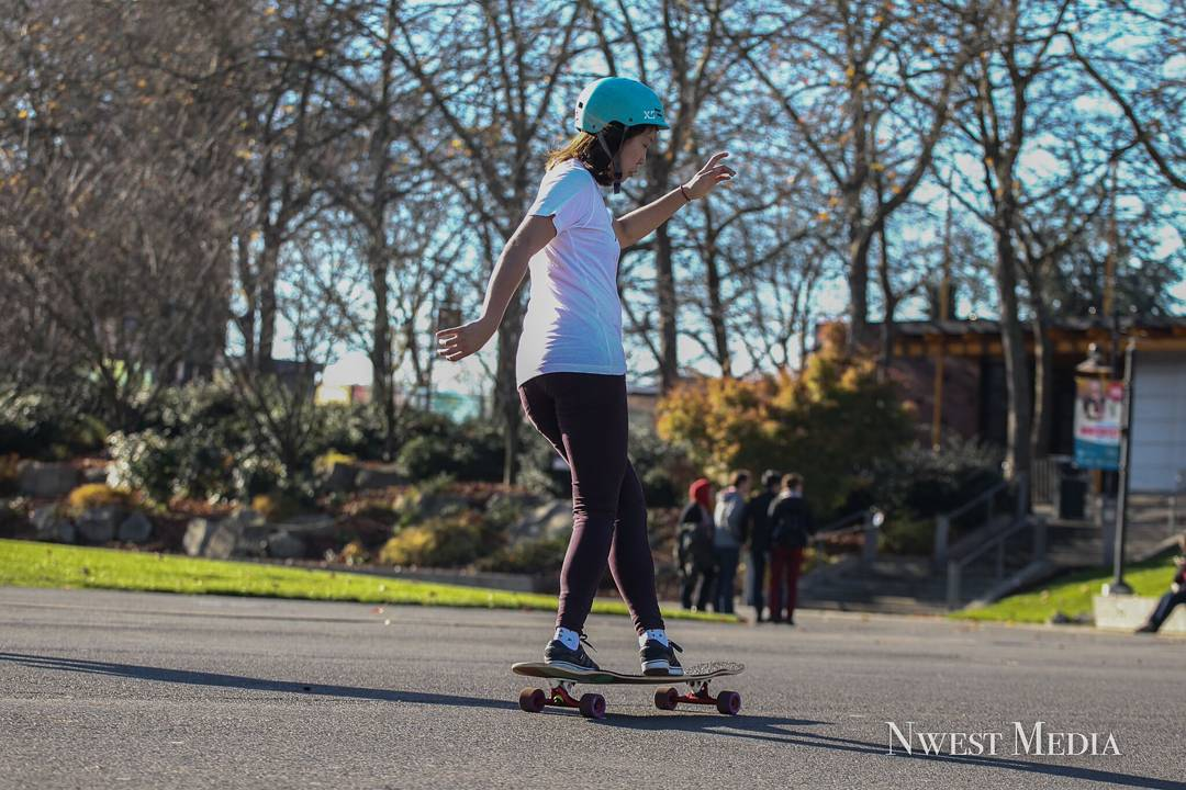 @iamcindyzhou cross-stepping Egyptian style on her #LoadedBoards #Tesseract and her #Orangatang #thekilmer  Photo: @Nwest_Media