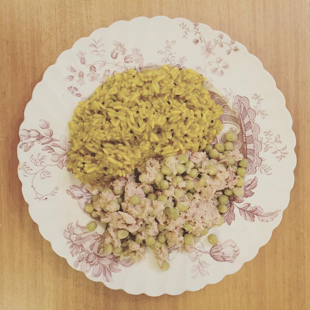 Ensalada salpicada de amapola con arroz abrazado de kurkuma #acomerla #tombola