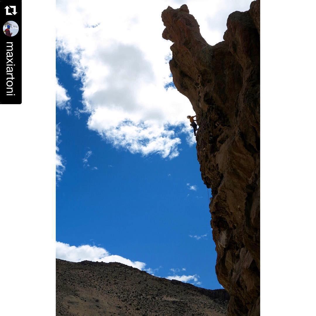 """finde de escalada en Chubut,  @maxiartoni with @repostapp. #embajadordelosandes #thesearch @ripcurlargentina escalando """"la gallinita"""" en Piedra Parada este fin de semana #escalada #rockclimbing #piedraparada"""