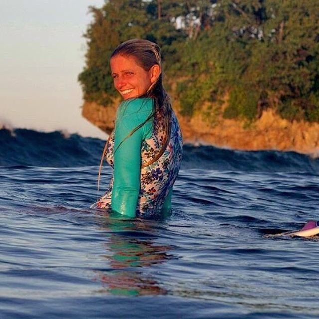 A little morning ☀️!! @olasazules with the @sunshinesurfgirls and @ardieljimenez -- short boarder rash guard in Kalia!