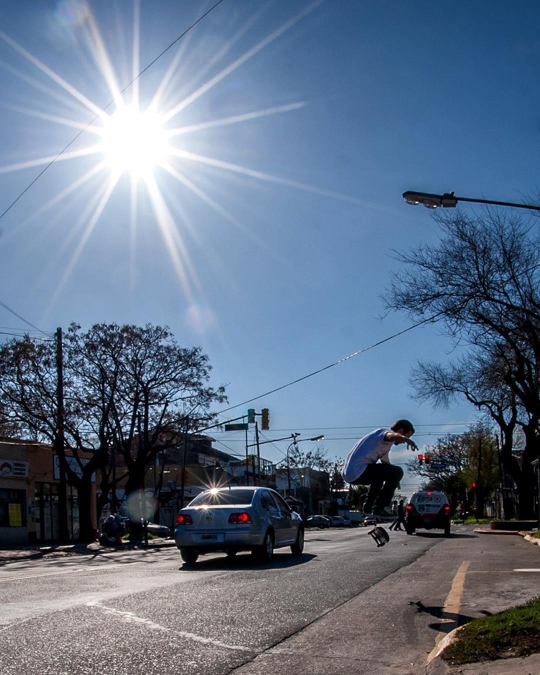 Tremendo día de sol y Seba Franco ( @sebafrancoskate ) nos manda esta postal  a pleno flip por las calles de Buenos Aires
