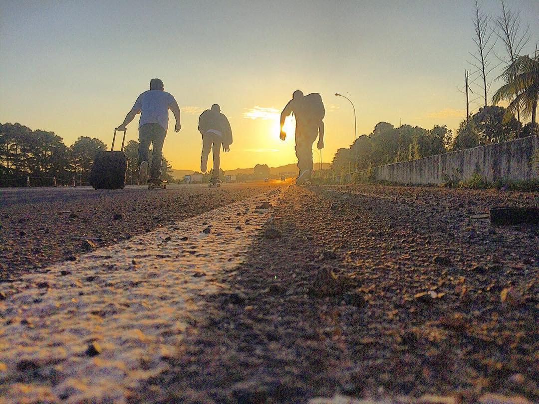 Os homens na estrada #QixTeam rumo ao #MatrizSkatePro2015 #skateboardminhavida  @JulioDetefon @Samuel_Jimmy @RodrigoLeal  #SkateBoarding