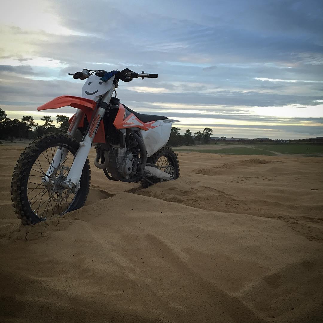 Nice Evening sand track motos!!#floridadunes #moto #motocross #ktm #atifamily #wolfmx #dirtbikes #rough #prettysky #imouttashape