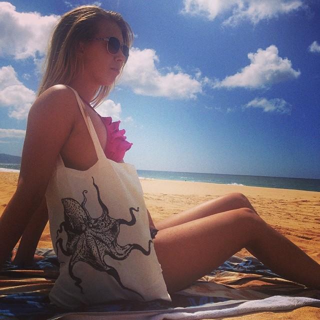 North Shore Oahu beach trip with @laurajustine13 and her @organik tote bag #hawaii #northshore #organik #beach