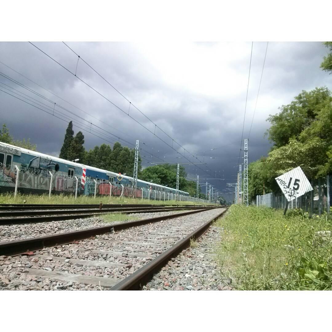 En 15' llego.#ph #tormenton #Roca #tren #vias #erezcano  #sinfiltro #sky #blacksky #instamoment