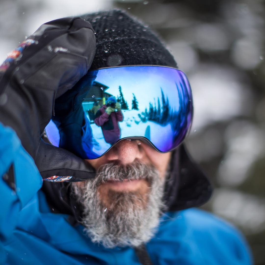 So easy you can swap out lenses with your gloves on! @bryaniguchi puts #SwiftlockTechnology to the test up at @whistlerblackcomb. Checkout the #DragonX2 on DragonAlliance.com now!