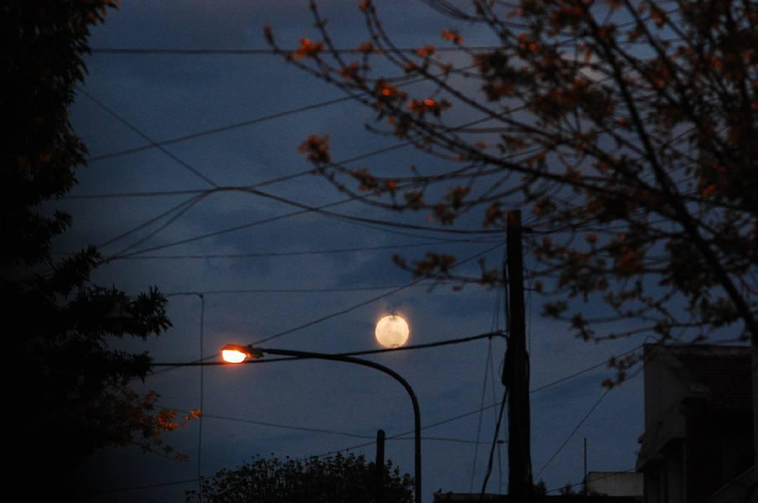 Conectada al tendido electrico.  No habia otra explicacion sino.. #moon
