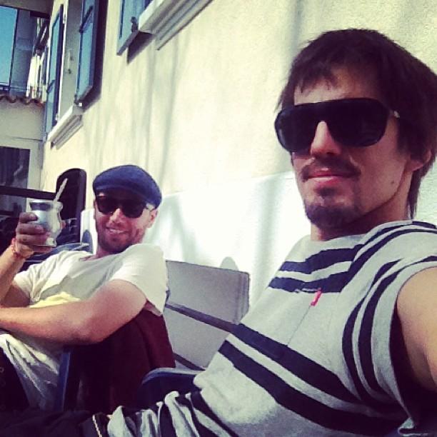 En Ginebra visitando a @martin_campi tomando unos mates en su patio! Solcito primaveral.