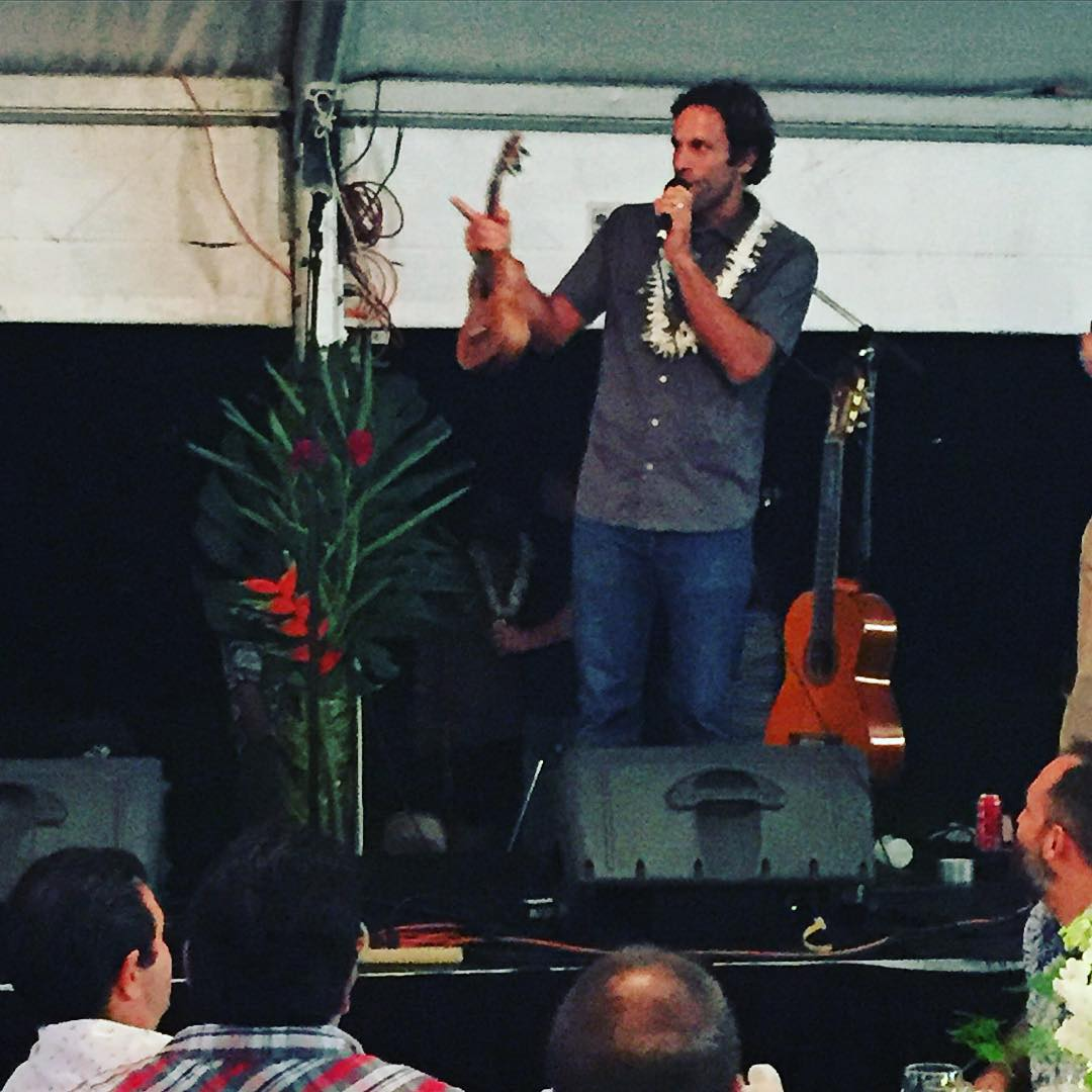 Signs that you're on the #NorthShore...watching @jackjohnson play this #yuke, and then grabbing  the mic to pressure his school buddy to buy it for over $2000, at the annual fundraiser for the @northshorecommunitylandtrust