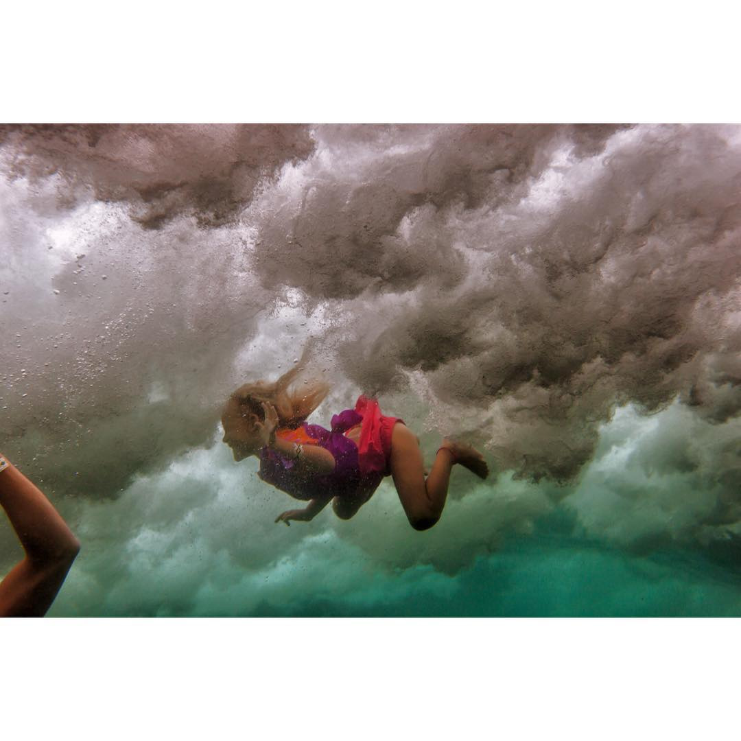 S W I M  A R O U N D  Tons of bravery for this four year old who wants to jump off her surf board every other second to free swim in the surf. #odinasurf #teambioastin #dkwaterhousing