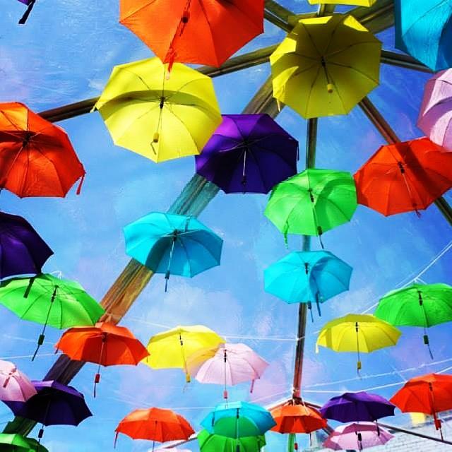 Instalacion de paraguas de colores en #sxsw.  Foto x Laura June Kirsch.