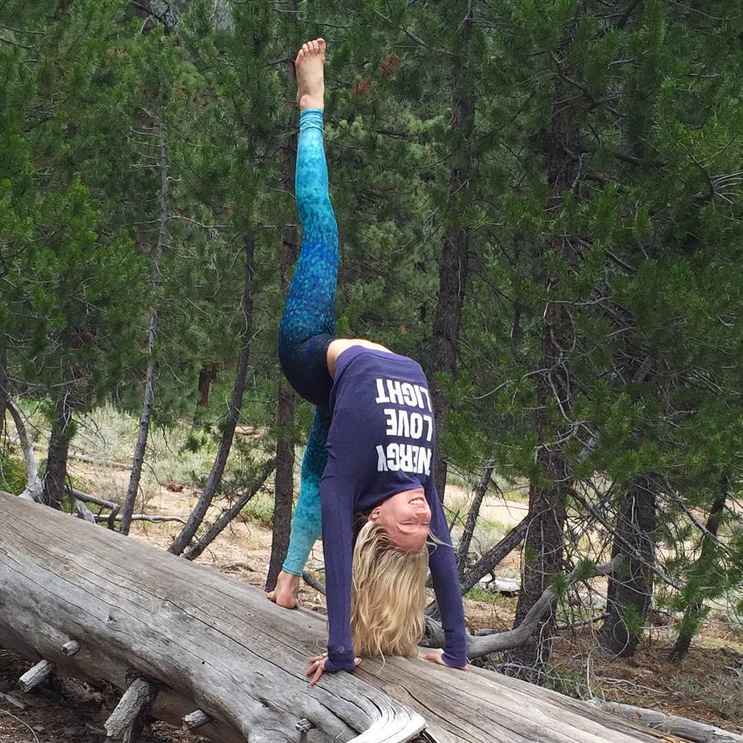 RADIATE ENERGY | LOVE | LIGHT  @hailey_marianna @spiritualgangster #yogaeverywhere #urdvadhanurasana #nature #yoga #explore #adventure #energy #love #light Shop OKIINO.com